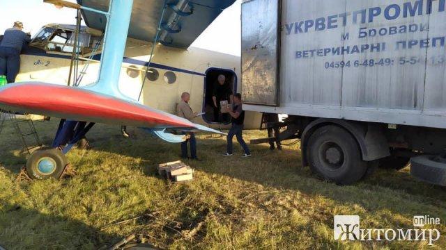 На Житомирщині з літаків над лісами та полями розкидають вакцину від сказу для дитину тварин. ФОТО
