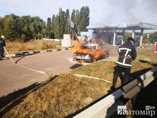 У селищі неподалік Житомира на території заправки горів автомобіль. ФОТО