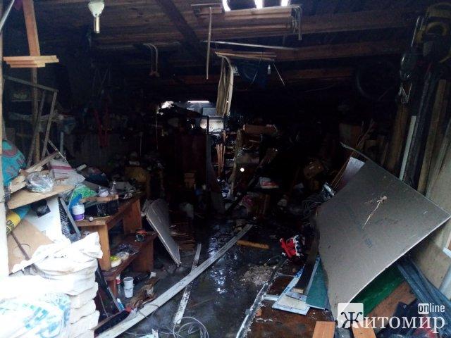 У Житомирському районі через зварювальні роботи згорів ВАЗ та частково два гаража. ФОТО