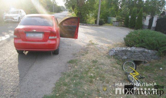 У селі Житомирської області Chevrolet збив 8-річного хлопчика на велосипеді, який їхав узбіччям. ФОТО