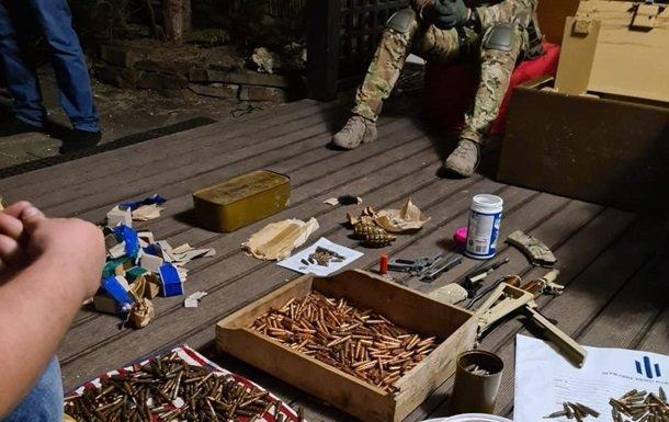 Співробітник СБУ зберігав вдома зброю та наркотики. ФОТО