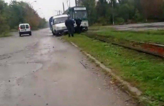 """У Житомирі """"Газель"""" врізалася у трамвай. ФОТО"""