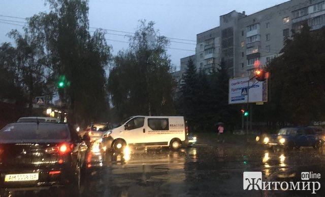 """У Житомирі """"тянучка"""" через аварію на перехресті вулиць Лесі Українки та Покровської. ФОТО"""