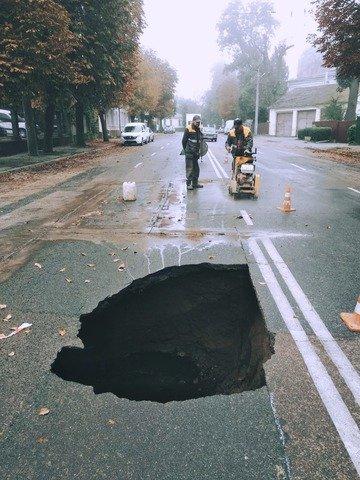 У Житомирі через прорив колектора утворилась величезна діра в дорозі. ФОТО