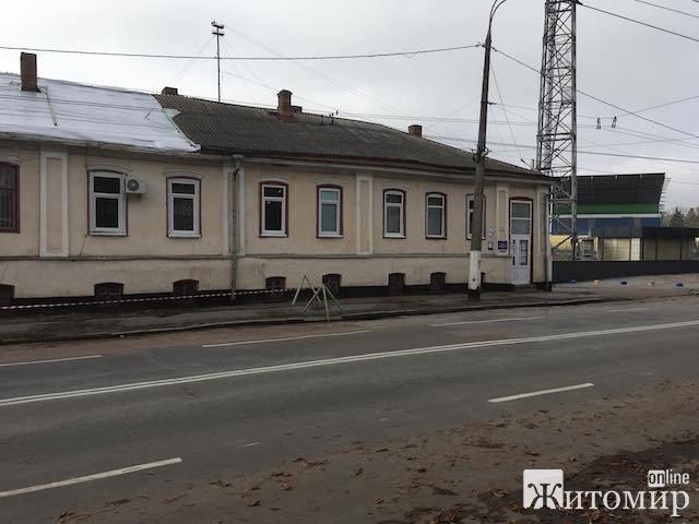 У Житомирі перекривають дах одного з корпусів військового госпіталю. ФОТО