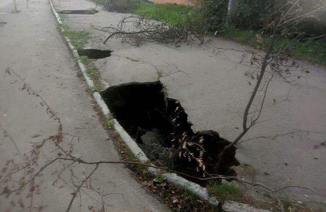 У Житомирі через прорив каналізації одразу у декількох місцях провалився тротуар. ФОТО