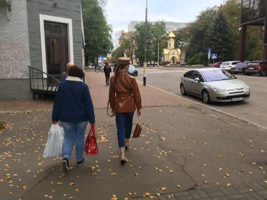 Житомиром прогулюється жінка з величезною косою. ФОТО