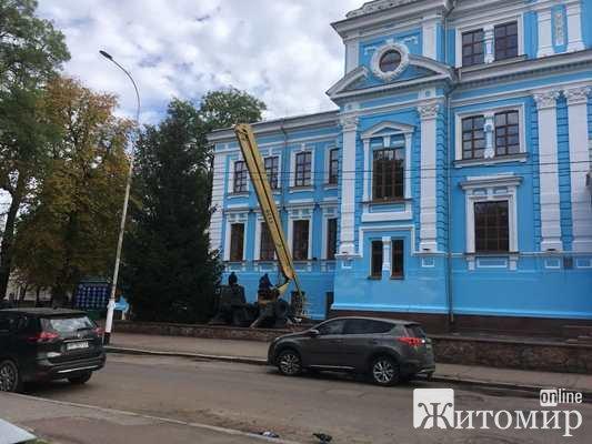Житомирські будівельники закінчують облагороджувати один з найкращих будинків міста. ФОТО