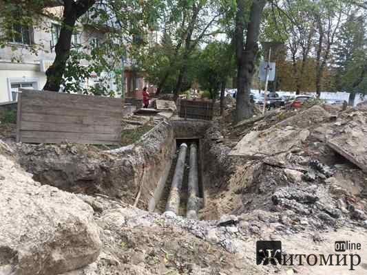 У Житомирі на розі вулиць Шевченка та Фещенка-Чопівського міняють труби водогону. ФОТО