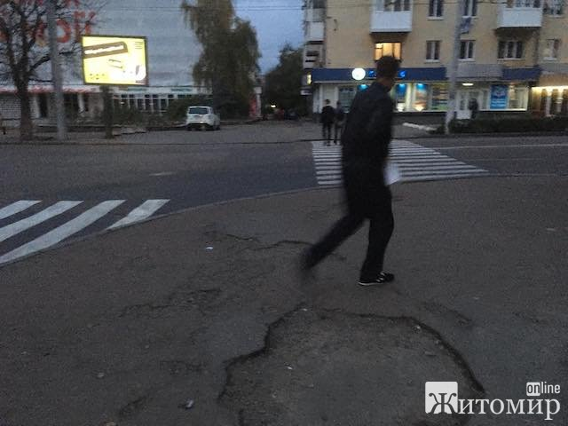 """Розбомблені """"сухомлинівські"""" тротуари. Центр Житомира"""