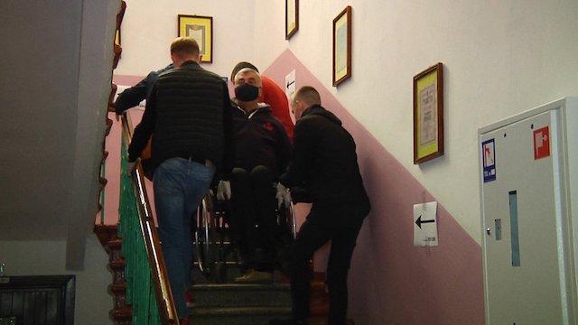 У Житомирі виборця на візку піднімали спостерігачі, бо дільницю облаштували на другому поверсі