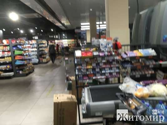 """У житомирському маркеті АТБ, що у торгівельному центрі """"Дастор"""" не працює навіть половина кас. ФОТО"""