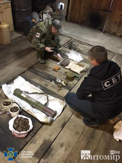 На Житомирщині правоохоронці під час обшуків вилучили тротилові шашки, гранату, міну та пістолети. ФОТО
