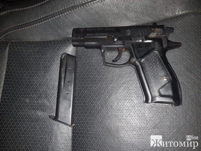 Житель Житомира хотів проїхати до Білорусі з пістолетом та срібними виробами. ФОТО