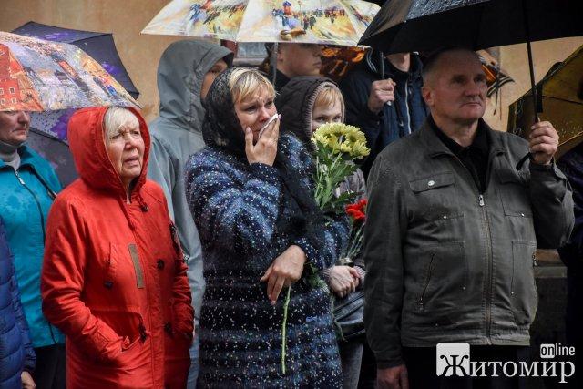 Житомирщина сльозами та дощем зустрічала загиблих у авіатрощі курсантів