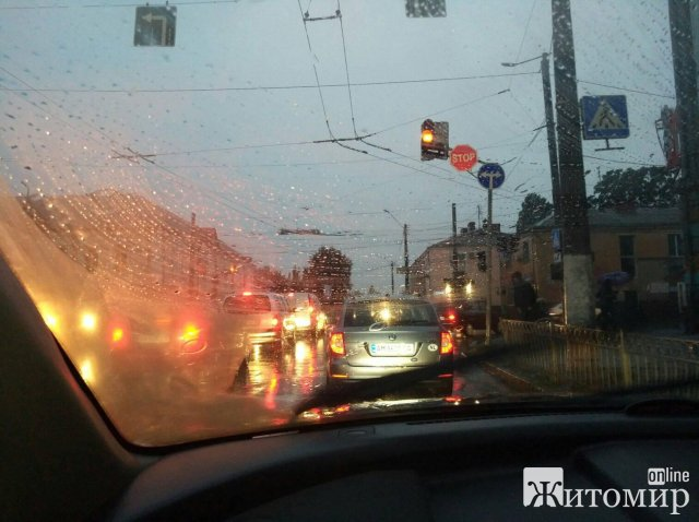 """Депутат міської ради поскаржився на """"розвалену"""" дорогу, непрацюючі світлофори та аварійні ліфти у Житомирі"""