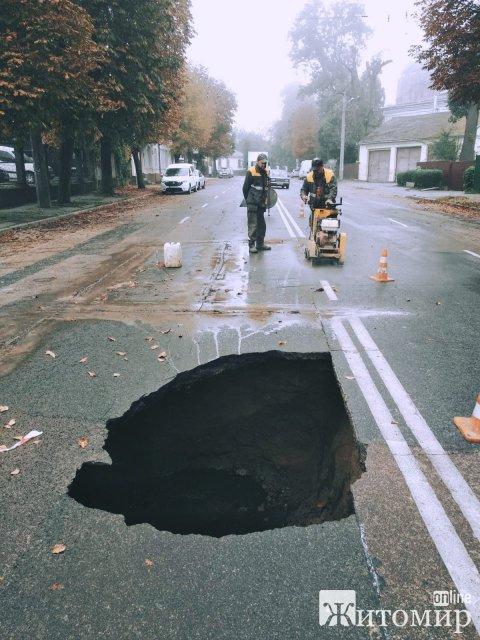 Біля водонапірної вежі в Житомирі утворилося ціле провалля:: рух транспорту призупинений. ФОТО