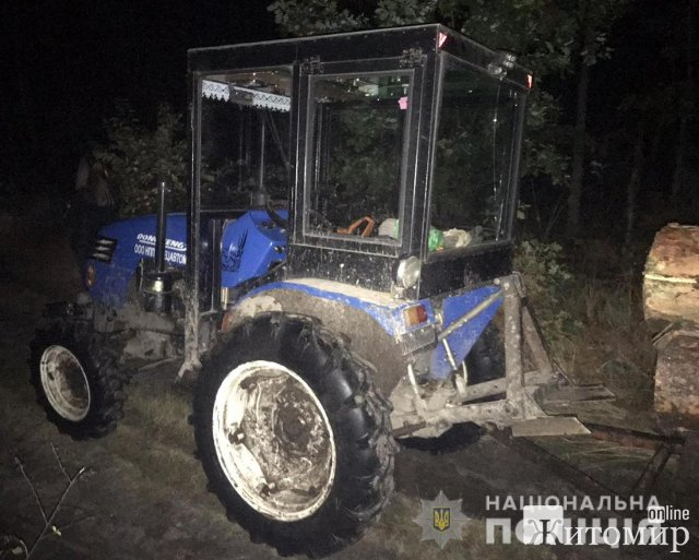 """На Олевщині поліцейські """"ловили"""" трактори, що перевозили деревину. ФОТО"""