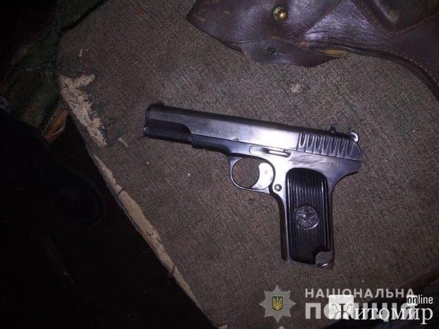 Під час обшуку в будинку жителя Житомирського району поліцейські натрапили за зброю. ФОТО