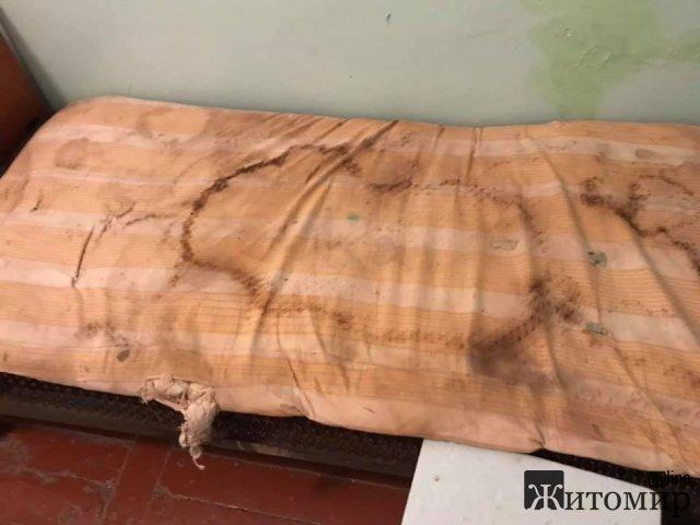 """У Коростишівській центральній райлікарні вологі """"совкові"""" матраци, подушки та покривала. ФОТО"""
