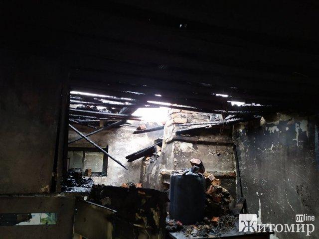 У селищі Житомирської області горіла баня: пожежа ледь не стала масштабною. ФОТО