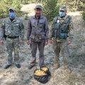 Житомирські прикордонники затримали чоловіка, який назбирав чорнобильські лисички