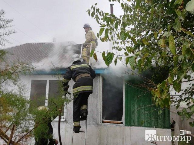 Рятувальники двічі за добу виїжджали гасити пожежі у смт Народичі та селі Бердичівського району. ФОТО