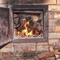 У селі на Житомирщині господарі готували їжу на пічній плиті, спалахнула покрівля