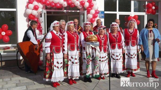 Керівництво ОДА та облради з'їздило до села в Житомирській області, аби відкрити амбулаторію. ФОТО