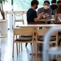 Ученые продемонстрировали, как будет распространяться коронавирус за обеденным столом