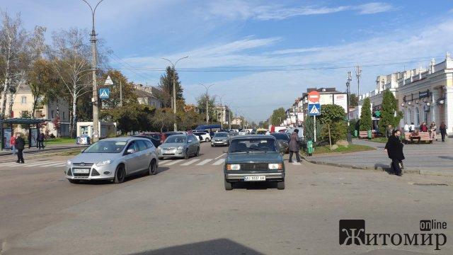 """Біля Житнього ринку в Житомирі з'явилась """"нова"""" парковка. ФОТО"""