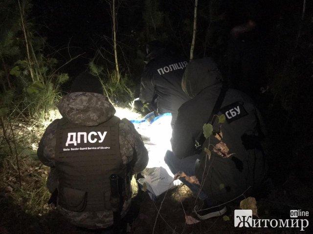 На Рівненщині житомирські прикордонники виявили схованку боєприпасів. ФОТО