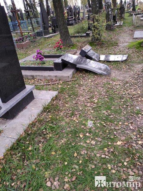 На кладовищі у Малині невідомі особи розбили 25 могил. ФОТО