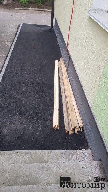 У Житомирі в день голосування дороблюють кабінки для голосування. ФОТО
