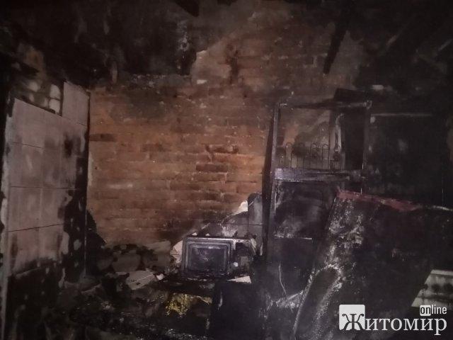 У Коростені горіла недіюча будівля, де всередині загорілося сміття. ФОТО