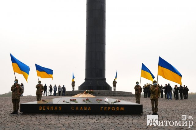 Біля монументу Слави в Житомирі вшанували пам'ять тих, хто віддав своє життя, виганяючи нацистських окупантів з українських земель. ФОТО