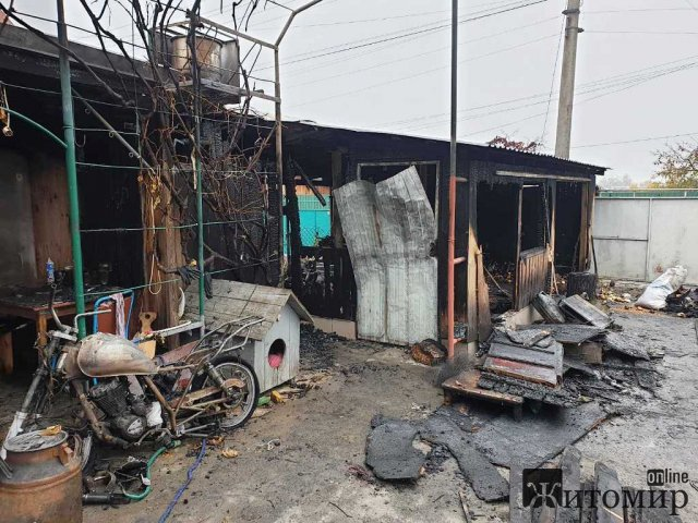 У Новограді-Волинському горів гараж: вогонь знищив мотоцикл та велосипед. ФОТО