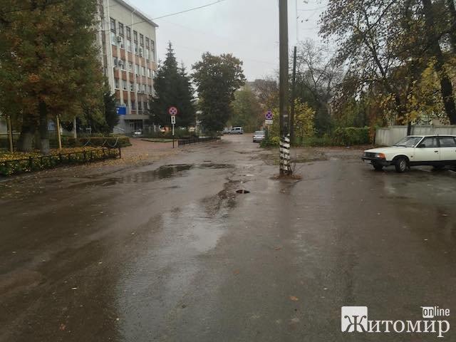 """Житомиряни скаржаться на вщент розбиту дорогу біля """"Житомиргазу"""". ФОТО"""