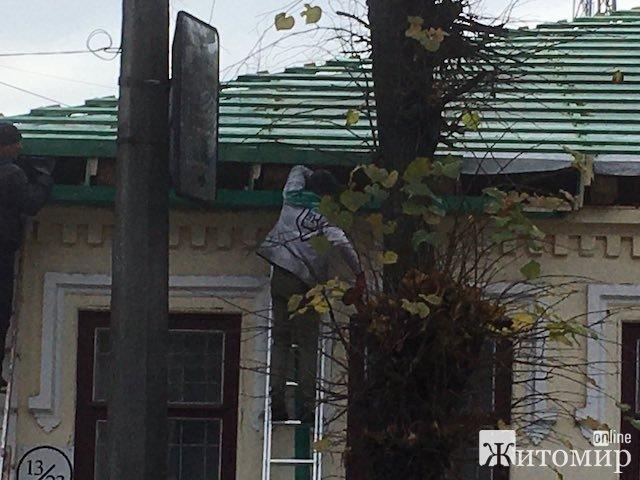 У Житомирі продовжують перекривати дахи корпусів військового госпіталю. ФОТО