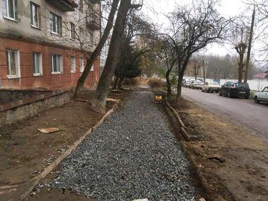 На розі Шевченка та Фещенка-Чопівського у Житомирі комунальники закидали землею траншею і засипали щебнем тротуари. ФОТО