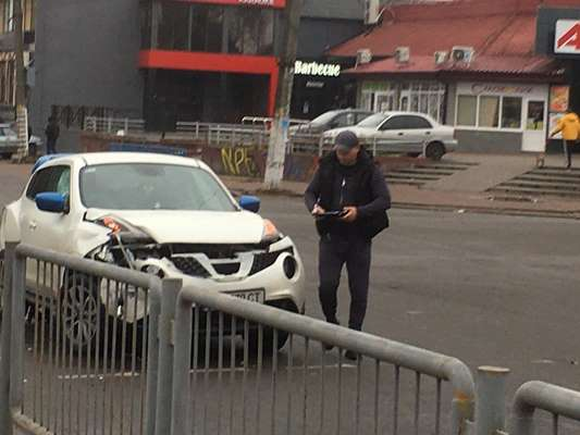 На перехресті вулиць Перемоги та Ольжича жорстко зіткнулися два автомобіля. ФОТО