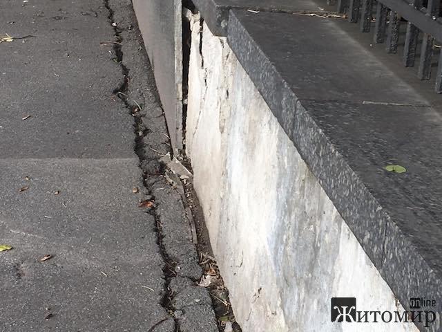 """Хто і навіщо """"вбиває"""" один з найкращих будинків у центрі Житомира?"""