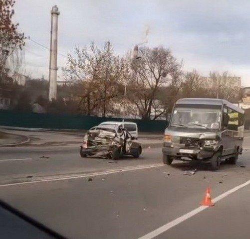 У Житомирі зіштовхнулись маршрутка та Lanos, одна людина травмована. ФОТО
