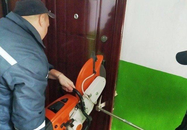 У Новоград-Волинському дворічна дівчинка зачинилась у квартирі, рятувальники ламали двері. ФОТО