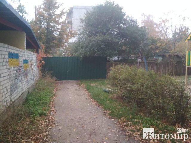 На одній з житомирських вулиць людям перекрили дорогу парканом. ФОТО