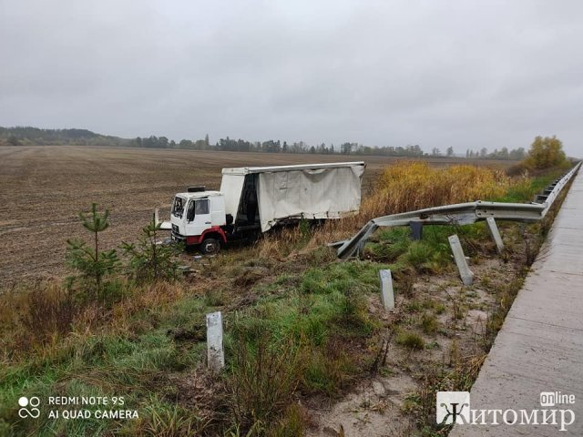 ДТП на Житомирщині: в кювет злетіли дві вантажівки. ФОТО