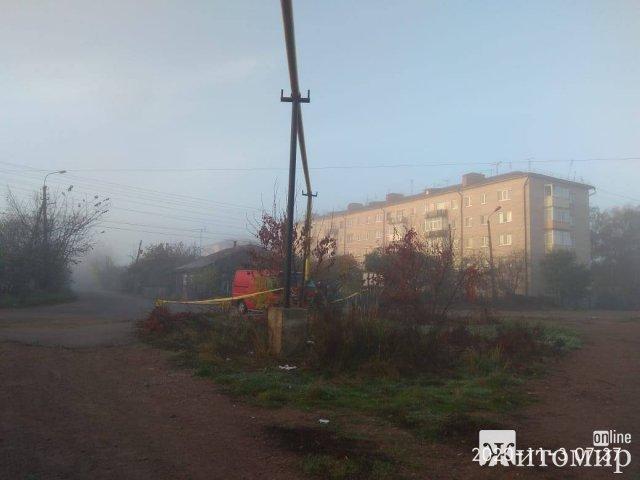 У райцентрі Житомирської області мікроавтобус врізався в газову трубу. ФОТО