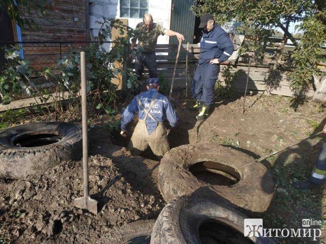 В Овручі рятувальники витягували з колодязя чоловіка. ФОТО