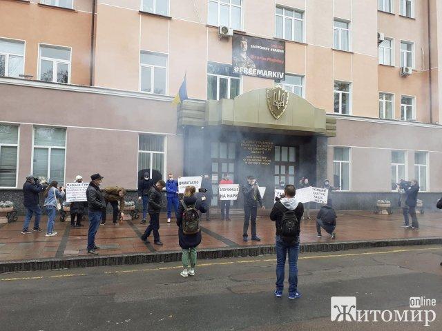 Житомиряни вийшли на пікет до ГУ Нацполіції в Житомирській області: що там відбувалось? ФОТО