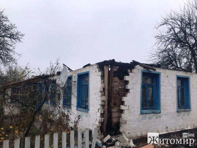 У селі на Житомирщині горів будинок: до приїзду рятувальників господарі з сусідами встигли винести газовий балон. ФОТО